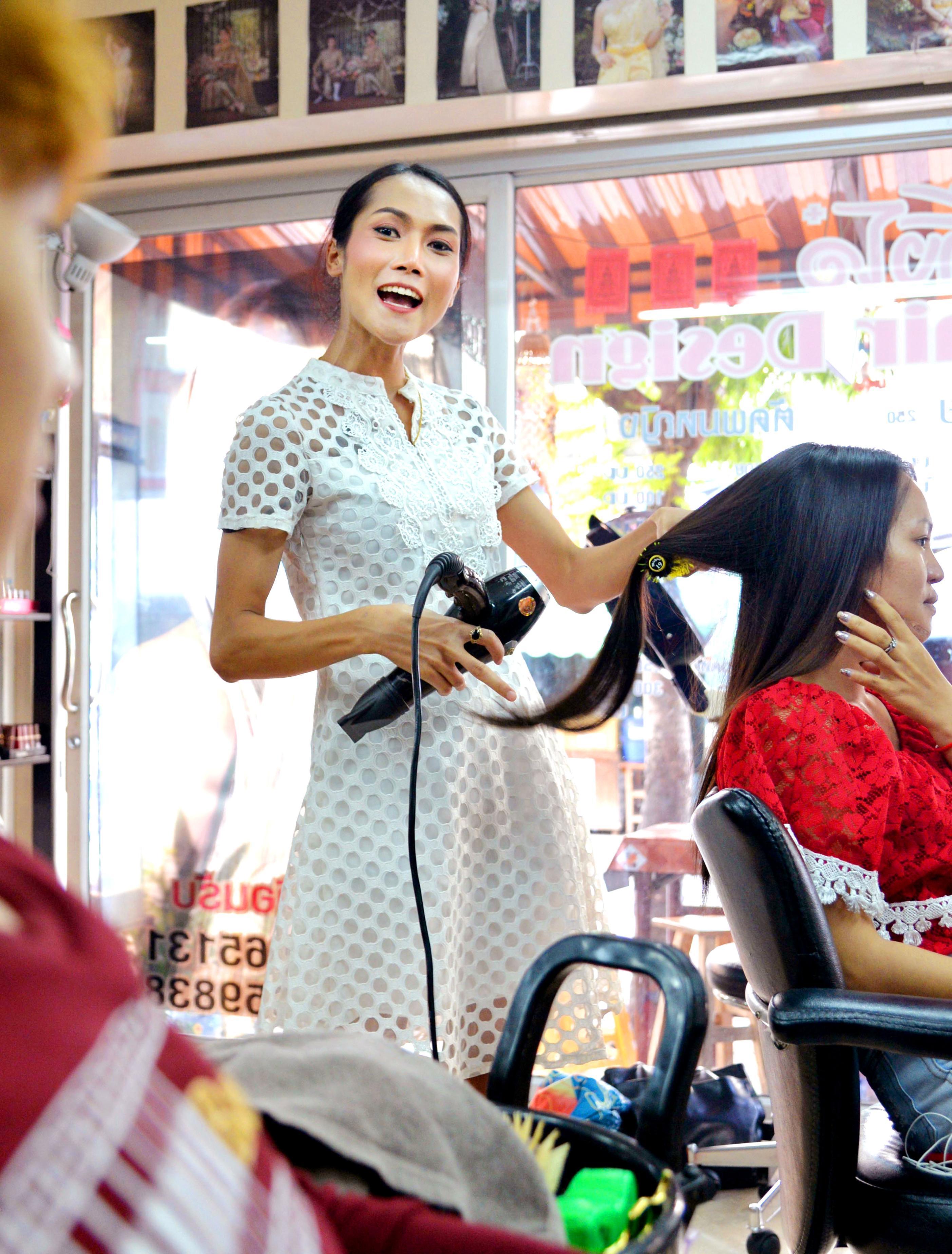 下町で美容院を営むクリッサナ・ルンナボット。手際の良いカットで常連客も多い=バンコク(撮影・浮ケ谷泰、共同)