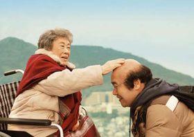 映画「ペコロスの母に会いに行く」の一場面