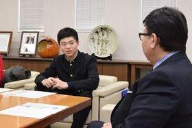 広瀬市長に優勝を報告する伊藤さん(左)