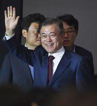 平壌での南北首脳会談を終えて、ソウルの記者会見場に笑顔で入場する韓国の文在寅大統領=20日(共同)