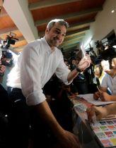 パラグアイ大統領選で投票するマリオ・アブド・ベニテス氏=22日、首都アスンシオン(ロイター=共同)