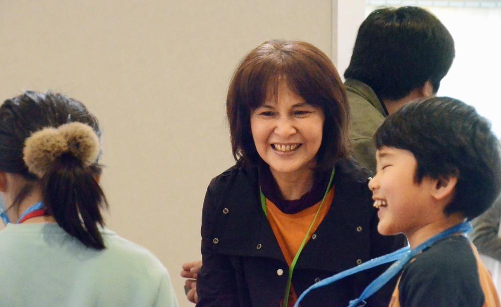 「ミニいちかわ」の低学年版「こどもがつくる! お店やさんごっこ」で子どもスタッフと話す渡慶次康子さん