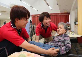 綾町の特別養護老人ホーム「やすらぎの里」では、高齢の職員を若い職員が手助けしたり、職場の危険を把握したりして事故防止を図っている