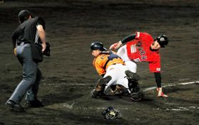 【愛媛MP―高知】4回表愛媛MP1死満塁の守り、右翼手の有間の返球が捕手・福田に渡り、タッチアップを狙った三走の生還を阻止=今治球場