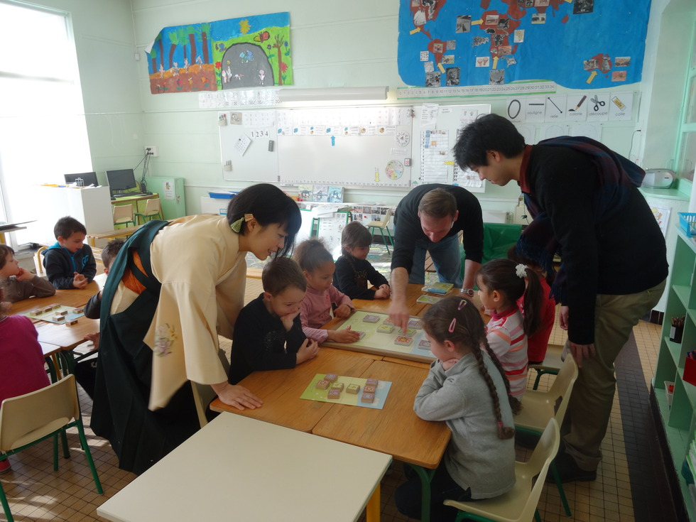 マリーキュリー幼稚園で「どうぶつしょうぎ」を教える北尾女流二段