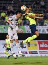 長身を生かし、前線でボールを収める栃木SCのFW金(右)。ゴール奪取のキーマンとして期待される=14日のホーム福岡戦より
