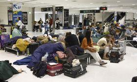 台風15号の影響で足止めされ、成田空港で一夜を過ごす利用客ら=9月10日未明