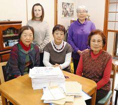 約3600人分の署名を集めた「東海第二原発を動かさず子どもの未来を守る鉾田主婦の会」のメンバー=いずれも鉾田市で