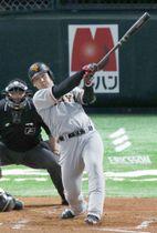 6月13日のソフトバンク戦で左越えに同点本塁打を放つ巨人・岡本