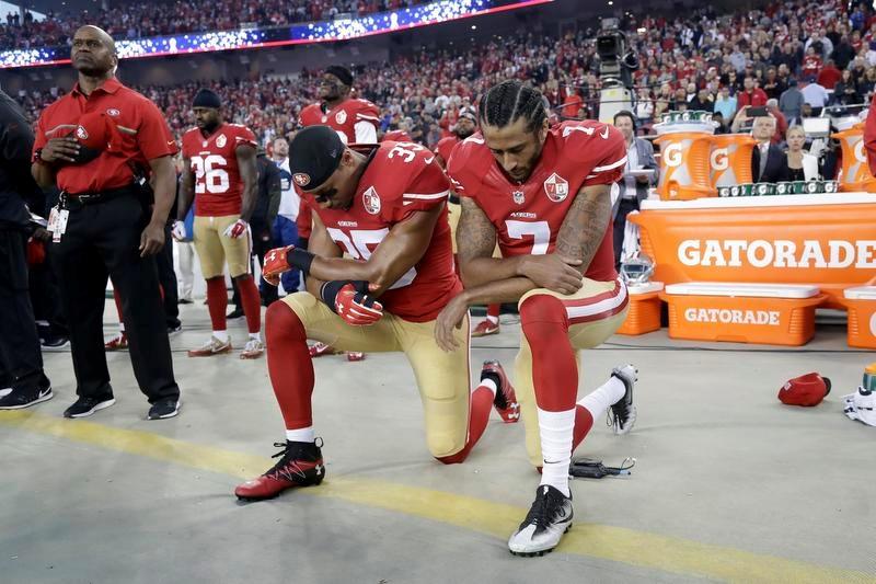 2016年シーズンのラムズ戦の試合前に片膝をついて人種差別に抗議する当時49ersのQBだったコリン・キャパニック(7)(AP=共同)