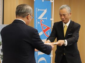 中村知事に目録を手渡す幸重社長(右)=県庁