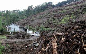 昨年の台風で流れ出た土砂が残る宮崎市高岡町の仁田尾地区。さらなる被害拡大に警戒感が高まっている=26日午後(那良卓郎撮影)