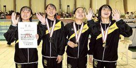 女子400メートルリレー 大会新で優勝を果たし笑顔でスタンドに手を振る城南静岡の(左から)松永、大池、青嶋、築地=静岡県富士水泳場