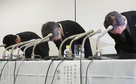 記者会見で謝罪するジャムコの大喜多治年社長(中央)ら=26日午後、東京都中央区