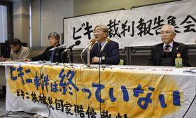 記者会見する原告側代理人の梶原守光弁護士(左から3人目)ら=22日午後、高松市