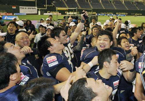関学大を下して日本選手権4連覇を果たし、喜ぶオービックの選手たち=3日、東京ドーム