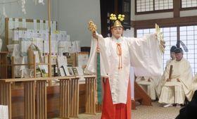 「北海道開拓の父」と呼ばれる佐賀藩士島義勇の顕彰祭で、神楽を奉納するみこ=21日、札幌市の北海道神宮