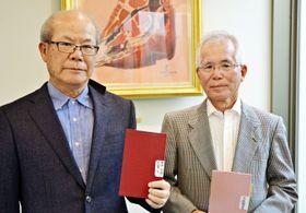 「ゆがふ会」代表幹事の高良正巳さん(左)と我喜屋登さん=22日、沖縄タイムス社本社
