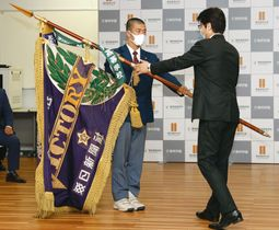 第91回選抜高校野球大会の優勝旗を主催者に手渡す、東邦高の林泰成主将(左)=6日午後、名古屋市の同校