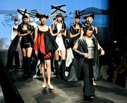 福島県の伝統工芸と革新的なデザインを融合させた衣装で観客を魅了した「アマゾン・ファッションウィーク東京」。ランウエーを歩く先頭のコシノジュンコさんとモデル=東京・表参道ヒルズ