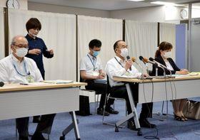 新型コロナウイルスの新たな感染者について報告する市保健所の幹部=4日、鹿児島市
