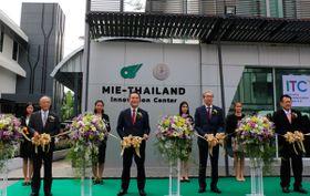 【「三重タイイノベーションセンター」の開所式でテープカットに臨む鈴木知事(左から2人目)ら(三重県提供)】