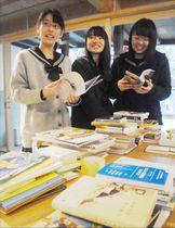 来場者が持参した本を楽しむ高校生=三好市池田町マチの交流拠点施設「真鍋屋」