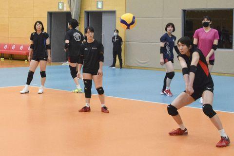 後半戦に向け、練習に熱を入れるNECの選手ら=川崎市内