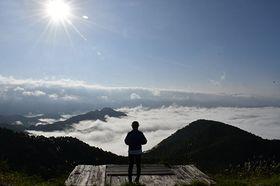 置賜盆地を包む雲海。幻想的な光景が広がった=南陽市・高ツムジ山