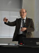 キャッシュレス社会をテーマに講演した金谷義弘教授=13日午後、宮崎市・宮日会館
