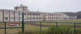 県が大間原発のオフサイトセンター建設地として選定した旧田名部高校大畑校舎=9日午前、むつ市大畑町