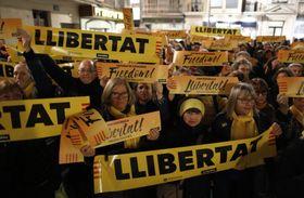 15日、スペインのカタルーニャ自治州バダロナで、独立問題を巡り当局に拘束された政治家の解放を求める人々(AP=共同)