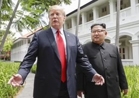 昼食会を終えたトランプ米大統領(左)と北朝鮮の金正恩朝鮮労働党委員長=12日、シンガポール(AP=共同)