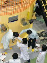 近畿大原子力研究所の研究炉で実習する学生=2017年、大阪府東大阪市