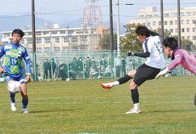 チーム2点目を決める石川選手(白いユニホーム)=岐阜市北西部運動公園で