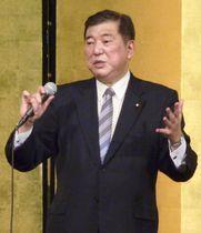 講演する自民党の石破元幹事長=27日午後、東京都昭島市