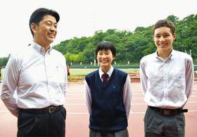 加藤市長(左)と語らうクレイさん(右)と高島さん=小田原市で