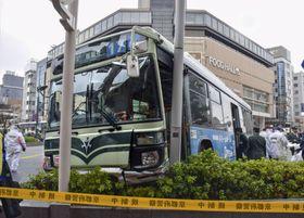 街路灯に衝突した京都市交通局の路線バス=23日午後、京都市