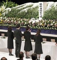 発生から10年を迎えた岩手・宮城内陸地震の犠牲者追悼式で献花する遺族=14日午前、宮城県栗原市