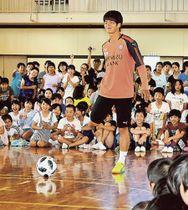 児童の前でボールさばきを披露する北川選手=静岡市清水区の清水駒越小(写真の一部を加工しています)