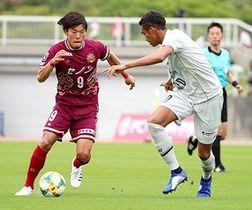 今季8得点を挙げてFC琉球の躍進を後押しし、2・3月の月間MVPにも輝いた鈴木孝司(左)