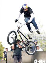 都市型スポーツの国際大会「FISE」のBMXフリースタイル・パーク男子の決勝で、技を披露する2位の中村輪夢=広島市