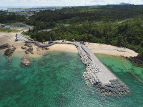 最初に着工した「K9」護岸。約100メートルになった=7月24日、沖縄県名護市辺野古沿岸部、小型無人機から