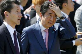 「桜を見る会」で厳しい表情を見せる安倍首相=21日午前、東京・新宿御苑