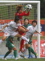 ボールをセーブするGK井指選手(赤)=滋賀県甲賀市の甲賀市陸上競技場で(伊賀FCくノ一提供)