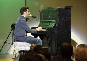 被爆ピアノを演奏するエイハム・アハマドさん=19日夜、広島市
