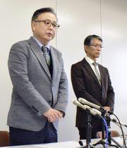 男子バスケットボール部監督の体罰について記者会見する、佐賀北高校の関係者=13日午前、佐賀県庁