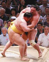 遠藤(左)は寄り切りで妙義龍を下す