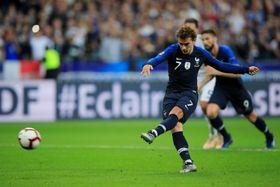 PKで2点目のゴールを決めるフランスのグリーズマン=16日、パリ(ロイター=共同)