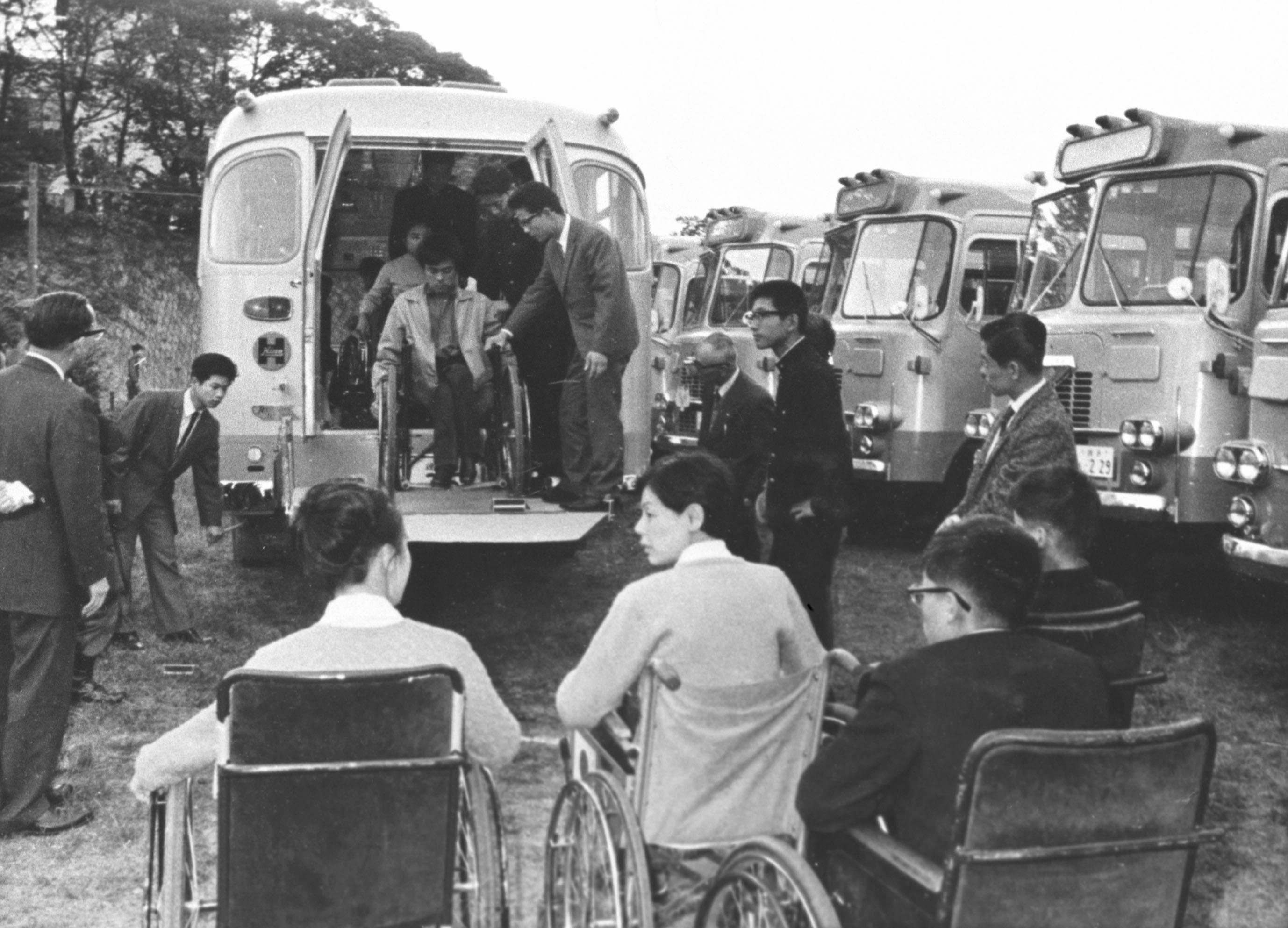 1964年10月31日、東京・新宿でパラリンピック選手専用バスが公開された。車いすに乗ったまま乗り降りできるリフトが付いていた